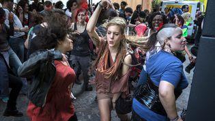 Des jeunes gens dansent à l'occasion de la Fête de la musique, le 21 juin 2012 à Paris. (JEAN-PHILIPPE KSIAZEK / AFP)