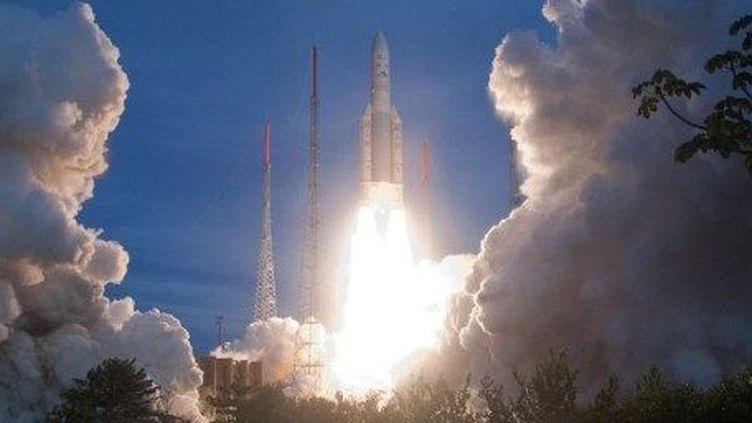 La fusée Ariane 5 audécollage dusite de lancement de Kourou, en Guyane. (AFP PHOTO/ARIANESPACE/JM GUILLON )