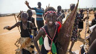 pour accueillir l'acteur américain Forest Whitaker, envoyé spécial de l'UNESCO pour la paix et la réconciliation en visite à Juba le 5 décembre 2017. Quelque 1,5 million d'enfants vivent dans des camps de déplacés à l'intérieur du Soudan du Sud. «L'avenir d'une génération est en jeu», souligne l'Unicef qui s'investit pour aider les enfants déracinés. Deux ans et demi après son indépendance, le Soudan du Sud a plongé dans un conflit qui a fait des dizaines de milliers de morts. (Albert Gonzalez Farran / AFP)