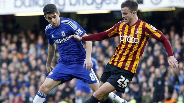 Oscar (Chelsea) devancé par un joueur de Bradford (JUSTIN TALLIS / AFP)