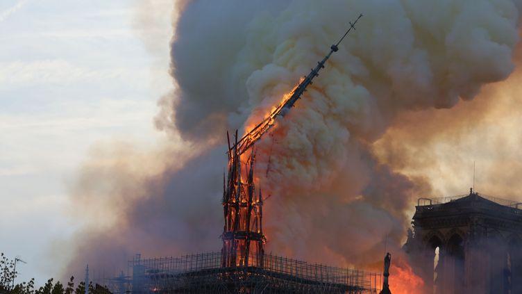 La flèche de Notre-Dame de Paris incendiée le 15 avril 2019. (SOLAL/SIPA)