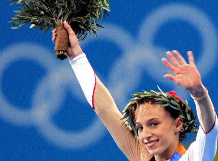 Emilie Le Pennec, lors de son titre aux barres asymétriques lors des jeux olympiques d'Athènes, en 2004. (KAZUHIRO NOGI / AFP)