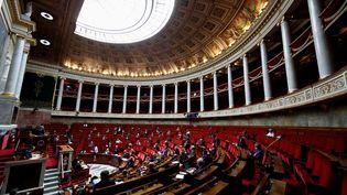 Les députés réunis à l'Assemblée nationale, à Paris, le 12 mai 2020. (GONZALO FUENTES / POOL / AFP)