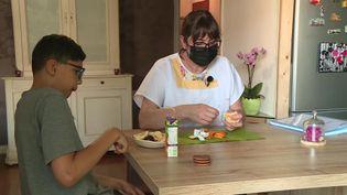 Ana Mendes aide Diego dans la préparation de son goûter. (France 3 Toulouse)