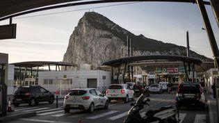 Des voitures en provenance d'Espagne passent la frontière vers l'enclave britannique de Gibraltar, le 17 octobre 2019. (JAVIER FERGO/AP/SIPA)
