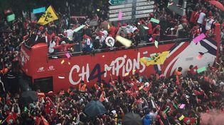 Le bus des joueurs du LOSC parade dans les rues lilloises pour célébrer le titre de champion de France de Ligue 1, lundi 24 mai. (FRANCOIS LO PRESTI / AFP)