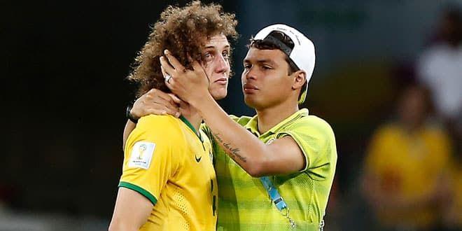 David Luiz consolé par Thiago Silva après la défaite