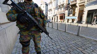 Un soldat belge déployé dans les rues après le démantèlement d'une cellule terroriste, le 17 janvier 2015 à Bruxelles (Belgique). (CITIZENSIDE /OLIVIER GOUALLEC / AFP)