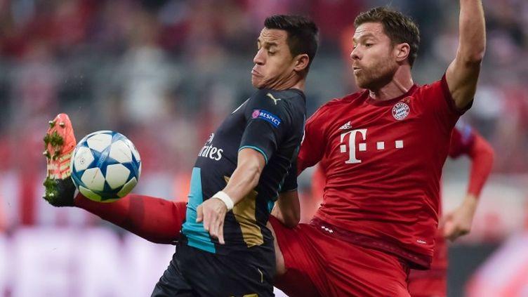 Alexis Sanchez (Arsenal) à la lutte avec Xabi Alonso (Bayern Munich)