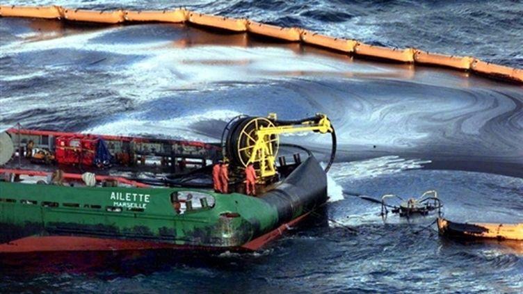 La marine nationale pompe le fuel de l'Erika, répandu sur la mer (AFP / Pool Reuters / David Ademas)