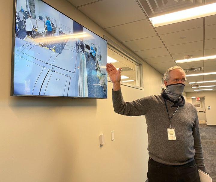 Larry King observe le dépouillement des bulletins de vote par correspondance sur un écran de contrôle à Doylestown, Pennsylvanie, le 4 novembre 2020 (MARIE-VIOLETTE BERNARD / FRANCEINFO)