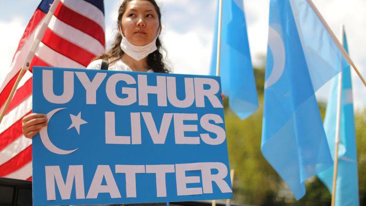 Une manifestante proteste contre la répression envers les Ouïghours par la Chine, à Washington, le 14 août 2020. (CHIP SOMODEVILLA / GETTY IMAGES NORTH AMERICA)