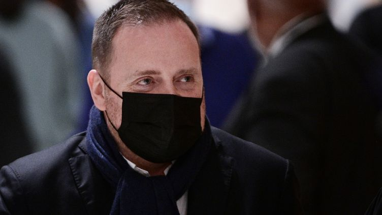 Bastien Millot, cofondateur de la société de relations publiques Bygmalion, quitte le palais de justice de Paris, le 17 mars 2021. (MARTIN BUREAU / AFP)