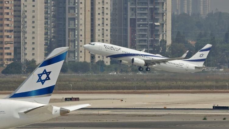 Un avion de la compagnie El-Al décolle de l'aéroport Ben Gourion de Tel Aviv. Après les Emirats arabes unis, le Maroc sera-t-il le prochain pays arabe à normaliser ses relations avec Israël ? (JACK GUEZ / AFP)