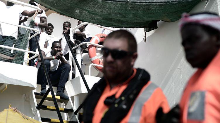 """Des migrants et des membres du personnel de bord de l'""""Aquarius"""", en Méditerranée, dans une photo prise par l'ONG SOS Méditerranée le 14 juin 2018. (KENNY KARPOV / SOS MEDITERRANEE / AFP)"""