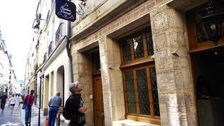 Paul, guide touristique, devant la maison de Nicolas Flamel, rue de Montmorency, en août 2021. (JEREMIE LAURENT-KAYSEN)