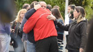 Les familles des victimes réconfortées par leurs proches, le 23 octobre 2015 à Puisseguin (Gironde). (JEAN-PIERRE MULLER / AFP)