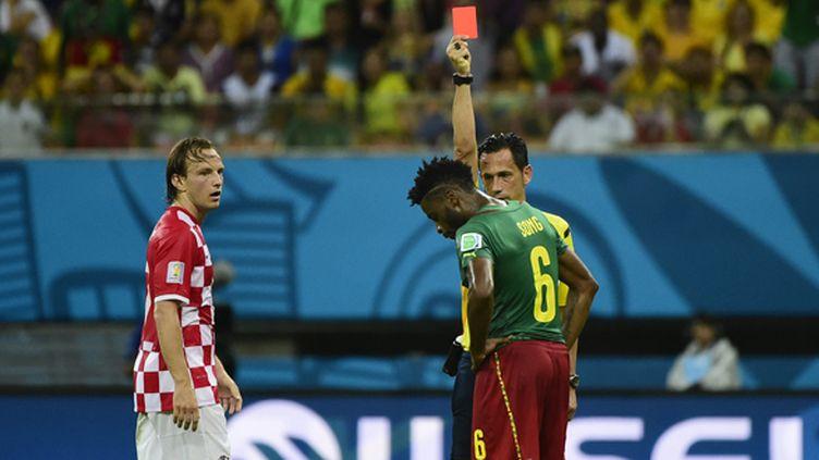Le Camerounais Alexandre Song écope d'un carton rouge contre la Croatie (PIERRE-PHILIPPE MARCOU / AFP)