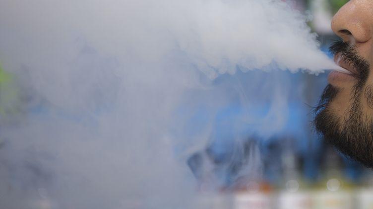 Un homme fumant sur une cigarette électronique, le 9 juillet 2019, à Washington DC. (ALASTAIR PIKE / AFP)