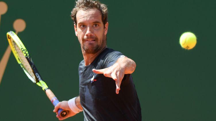 Le Français Richard Gasquet, concentré sur la balle (YANN COATSALIOU / AFP)