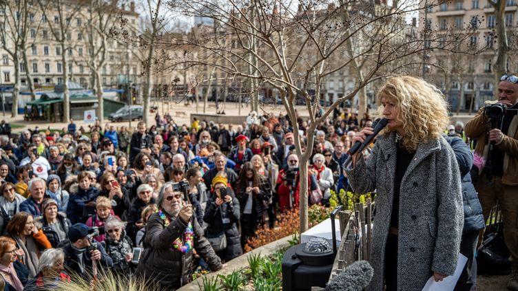 La députée du Bas-Rhin Martine Wonner donne un discours lors d'un rassemblement contre le port du masque et les mesures sanitaires imposées pour lutter contre le Covid-19 à Lyon, le 13 mars 2021. (NICOLAS LIPONNE / HANS LUCAS / AFP)