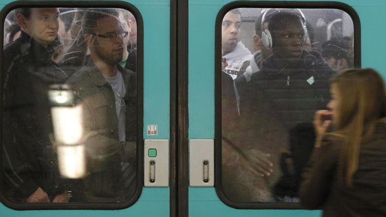 Des usagers du métro à la gare Saint-Lazare, le 23 septembre 2010, pendant la grève des retraites. (PATRICK KOVARIK / AFP)