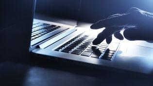 """De nombreuses femmes affirment avoir été harcelées sur les réseaux sociaux par des journalistes membres d'un groupe Facebook, la """"Ligue du LOL"""". (AFP)"""