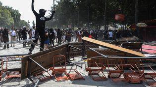 Les manifestants ont ensuite monté plusieurs barricades non loin de la préfecture à Nantes, samedi 3 août 2019. (JEAN-FRANCOIS MONIER / AFP)