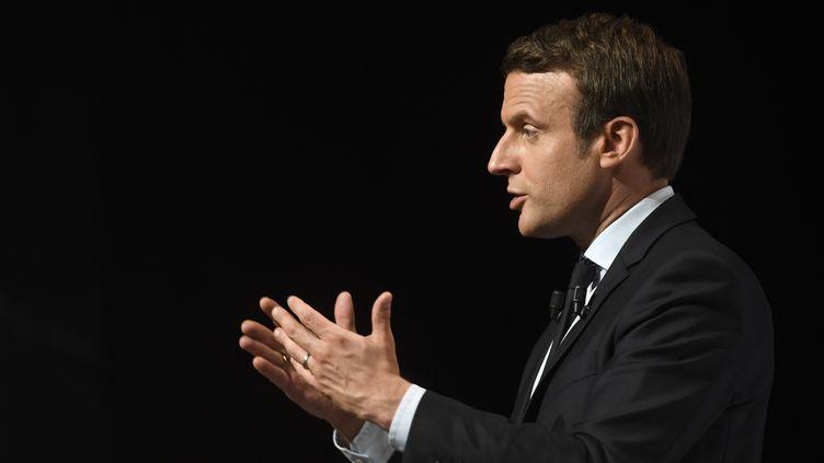 Emmanuel Macron, le 28 avril 2017 en meeting àChâtellerault (Vienne). (ERIC FEFERBERG / AFP)
