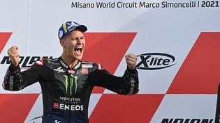Fabio Quartararo célèbre son titre de champion du monde, le 24 octobre 2021, à l'issue du Grand Prix d'Emilie-Romagne. (ANDREAS SOLARO / AFP)