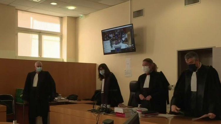 Au tribunal judiciaire de Marseille (Bouches-du-Rhône) lundi 12 avril, les policiers de la BAC Nord accusés d'avoir rackettés des trafiquants au cours de contrôle pour saisir l'argent et la drogue à leurs comptes personnels sont jugés (CAPTURE D'ÉCRAN FRANCE 3)