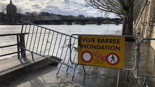 Les berges de la Seine à Paris, le 8 mars 2020. (AURÉLIEN ACCART / FRANCEINFO / RADIO FRANCE)