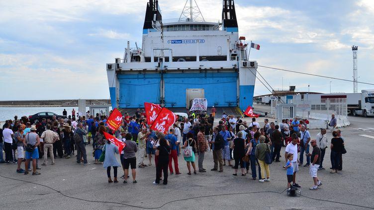 """Des marins grévistes de la SNCM bloquent """"Le Kalliste"""" dans le port de Marseille (Bouches-du-Rhône), le 1er juillet 2014. (CITIZENSIDE / GEORGES ROBERT / AFP)"""