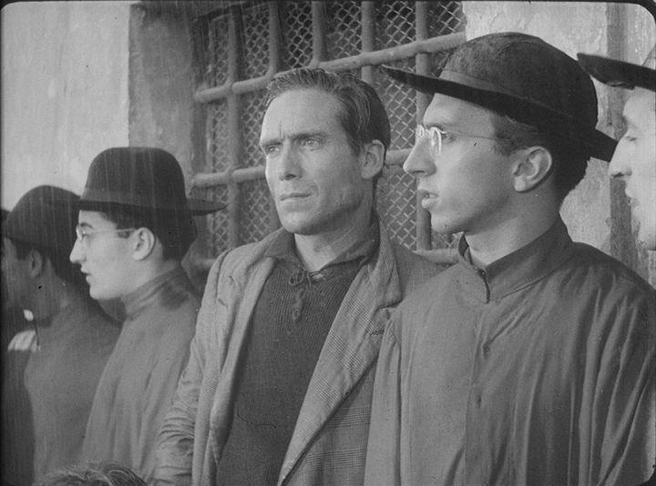 """Sergio Leone (à droite, à côté de Lamberto Maggiorani) interprétant un jeune prêtre dans """"Le Voleur de bicyclette"""" (Vittorio de Sica, 1948)  (Fondazione Cineteca di Bologna)"""