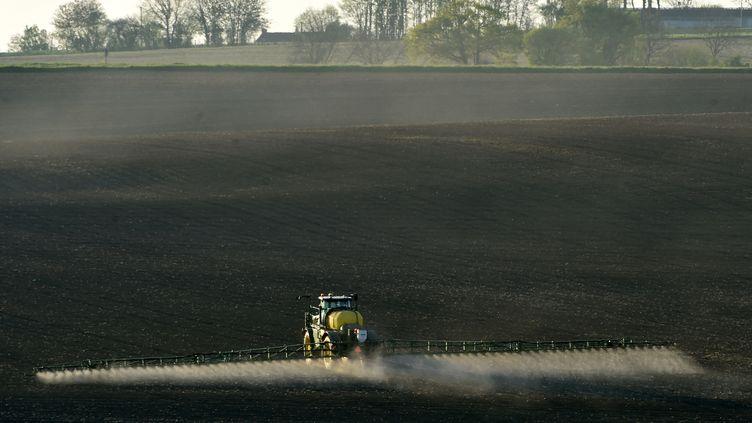 Un épandage de glyphosate dans une exploitation agricole de Piacé, dans la Sarthe, le 23 avril 2021. (JEAN-FRANCOIS MONIER / AFP)