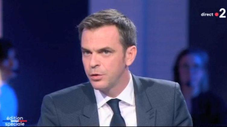 Le ministre de la Santé, Olivier Véran, invité sur le plateau de France 2, le 15 mars 2020. (FRANCE 2)