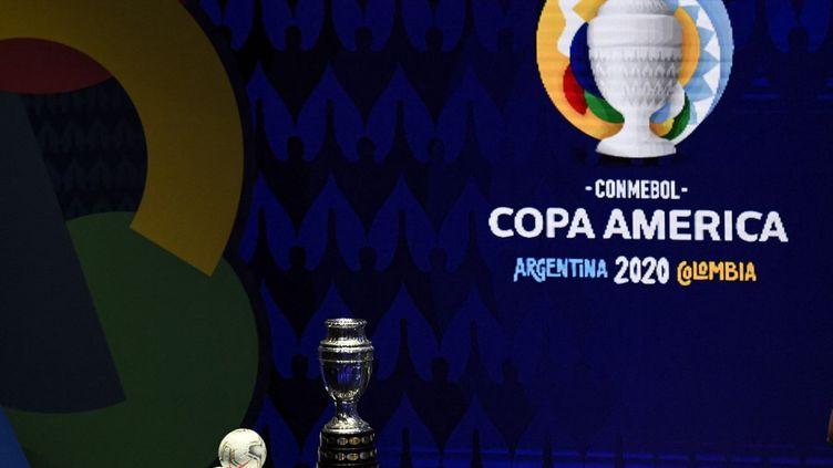 Le trophée de la Copa America exposé à Carthagène en Colombie, le 31 mai 2021. (JUAN BARRETO / AFP)