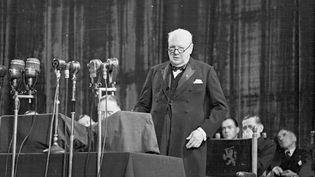29 mai 1948. Le Premier ministre britannique,Winston Churchill (1874-1965),s'adresse au Congrès de l'Europe, à la Hague, pour discuter des termes de la future Union européenne. (KURT HUTTON / PICTURE POST / GETTY IMAGES)