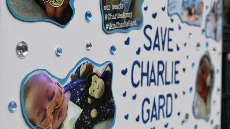 """Une pancarte d'un manifestant appelant à """"sauver Charlie Gard"""", un bébé britannique de 11 mois atteint d'une maladie rare, le 24 juillet à Londres (Royaume-Uni). (CHRIS J RATCLIFFE / AFP)"""