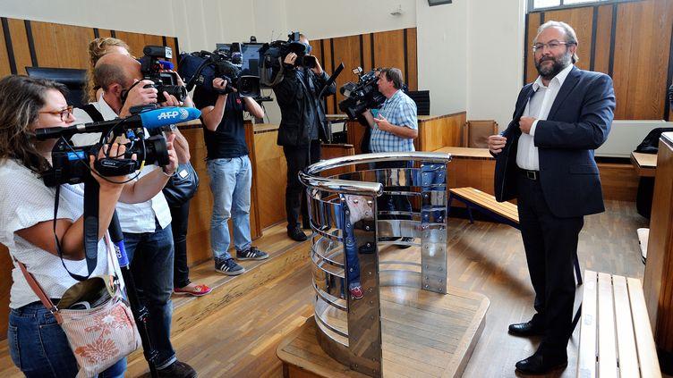 L'ancien maire de Hénin-Beaumont Gérard Dalongeville devant les journalistes à la cour de Béthune (Pas-de-Calais), le 19 août 2013.  (PHILIPPE HUGUEN / AFP)