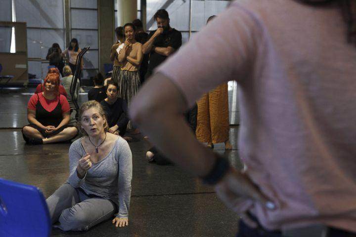 """Ita O'Brien, """"coordinatrice d'intimité"""" sur le tournage de la série """"Sex Education"""", ici lors d'un atelier avec des acteurs à Sidney (Australie), le 18 novembre2018. (DEAN SEWELL / THE NEW YORK TIMES-REDUX-REA)"""