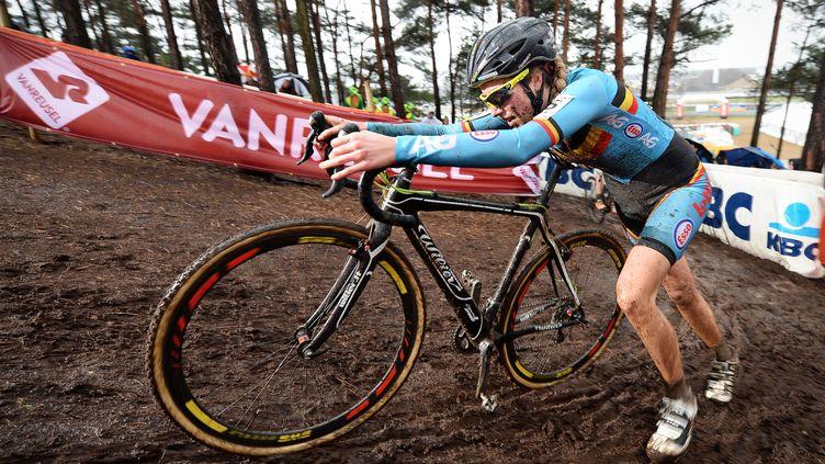 La cycliste belge Femke Van den Driessche lorsdes championnats du monde de cyclo-cross, àHeusden-Zolder, en Belgique, le 30 janvier 2016. (BELGA / AFP)