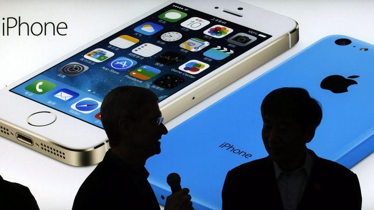 Le patron d'Apple, Tim Cook, micro à la main,en déplacement à Pékin (Chine) à l'occasion du lancement de l'iPhone sur le plus important réseau mobile chinois, le 17 janvier 2014. (KIM KYUNG HOON / REUTERS)