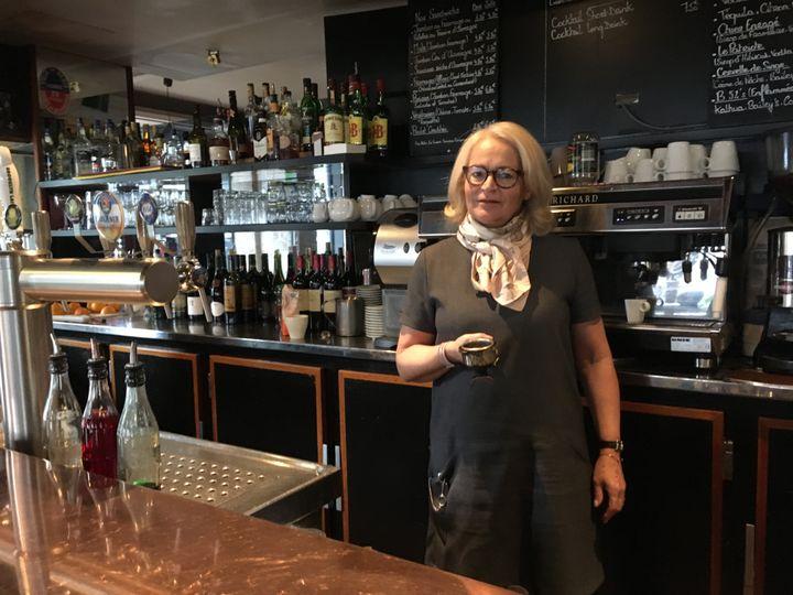 Véronique, gérante du Baromètre, rue Oberkampf à Paris, le 10 novembre 2016. (ELISE LAMBERT/FRANCEINFO)