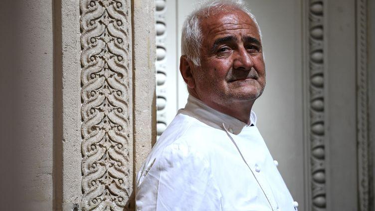 Le chef français Guy Savoy pose devant son restaurant à la Monnaie de Paris, le 19 mai 2020. (CHRISTOPHE ARCHAMBAULT / AFP)