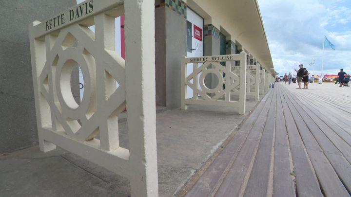 Les cabines de Deauville avec leurs noms de stars. (B. Goulet / France Télévisions)