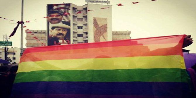 La première manifestation en Tunisie pour le droit des gays. Laquelle s'est tenue à Tunis le 26 mars 2015. En haut à gauche, on reconnaît la photo de Chokri Belaïd, coordinateur général du Parti des patriotes démocrates (PPD) et farouche adversaire des islamistes, assassiné le 6 février 2013). (Capture d'écran du site directinfo) (Site Directinfo)