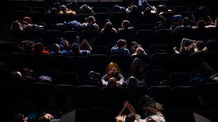 Des spectateurs venus au cinéma, le 22 mai 2021 à Paris. (ALEXIS SCIARD / MAXPPP)
