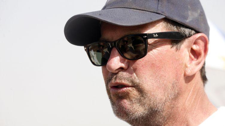 Hubert Auriol, le 9 janvier 2013sur les bords du Lac Rose, à 35 kms à l'est de Dakar, après s'être classé 35e dans la catégorie auto de la cinquième édition de l'Africa Eco Race. (MAMADOU TOURE BEHAN / AFP)