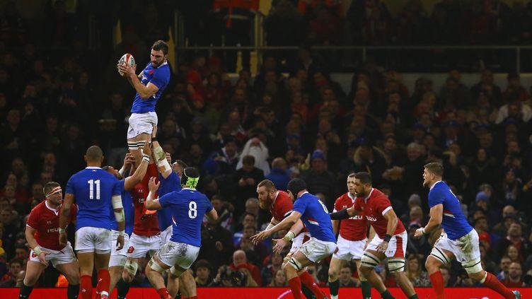 Le français Charles Ollivon attrape le ballon dans la ligne de touche lors du match du tournoi des Six Nations face au Pays de Galles, le 22 février 2020.  (GEOFF CADDICK / AFP)